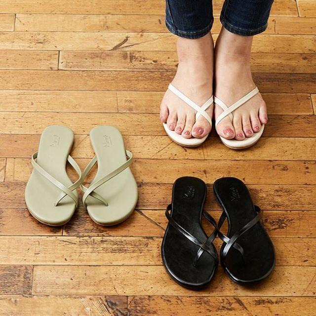 . 2021 SPRING COLLECTION🌷 ーNEW ARRIVALー  シンプルながらもスッキリした細見えデザインのビーチサンダルが登場です✨ 親指でクロスしたストラップのラインが大人っぽく上品な仕上がり。 ステッチの無いインソールも相まって、履く人の年代を選ばない使いやすさ。 平たくて親指をしっかりホールドしてくれているので脱ぎ履きしやすく歩きやすい。 デイリーユースにもおすすめなアイテムです! ————————— ☑️親指クロスストラップビーチサンダル ¥1,999(税込) 品番 公式:21021 楽天店:21021 ————————— ▶️掲載アイテムはプロフィールのURLからご覧いただけます ⇨@welleg_shoes
