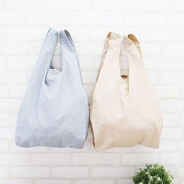. 2021 SPRING COLLECTION🌷 ー NEW ARRIVAL ー  お出かけに欠かせない、 持ち運び便利なエコバッグ⭐  巾着収納袋付きだから鞄の中で コンパクトに収まる😸  シワを活かした風合いのナイロン生地を採用。  薄くてやわらかい素材で 服装にもナチュラルに馴染みます💜  ユニセックスなデザインだから家族で共用も◎  使い勝手のいいエコバックで 自分らしいお買い物を😻  ————————— ☑巾着収納袋付き 無地コンパクトエコバッグ ¥880(税込) 品番 公式:98322 楽天店:98322 ————————— ▶掲載アイテムはプロフィールのURLからご覧いただけます ⇨@welleg_shoes   #welleg #ウェレッグ #outletshoes #アウトレットシューズ #R_fashion #ファッション部 #鞄 #置き画くら部 #お洒落さんと繋がりたい #fashion #bag #ootd #バッグ #トートバッグ #マザーズバッグ #買い物バッグ #レジ袋有料化 #マイバッグ #エコバッグ #エコバッグマニア #ワンマイル #プチプラコーデママファッション #ママコーデ #2021ss #春物新作